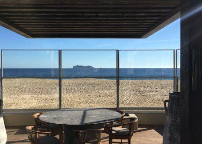 Paravent télescopique sur terrasse de restaurant