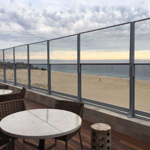 Paravent en Verre sur terrasse en bord de plage