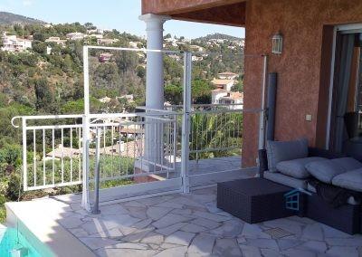 Garde corps sécurité et design sans maison avec piscine