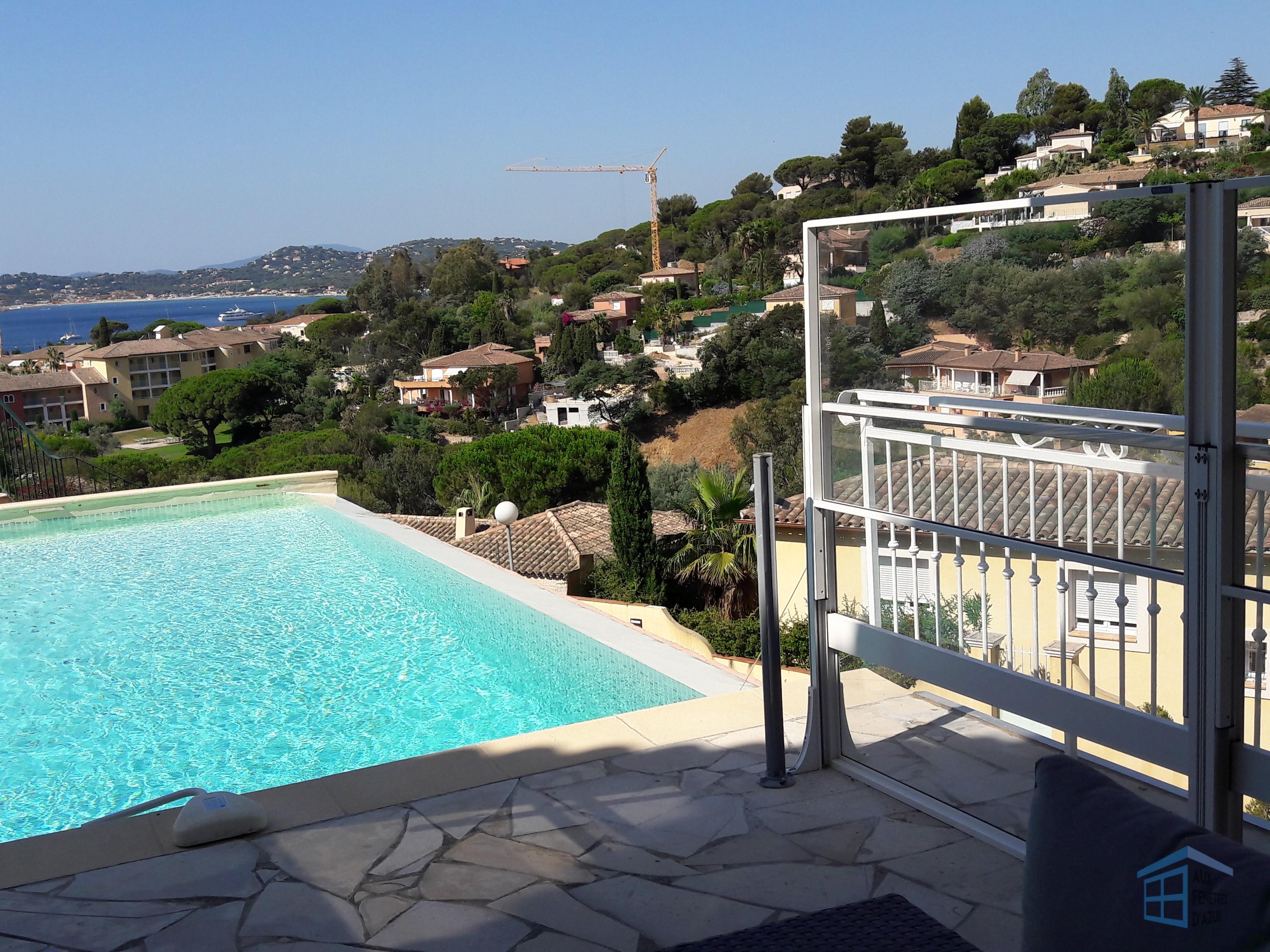 Garde corps en verre avec vue sur piscine