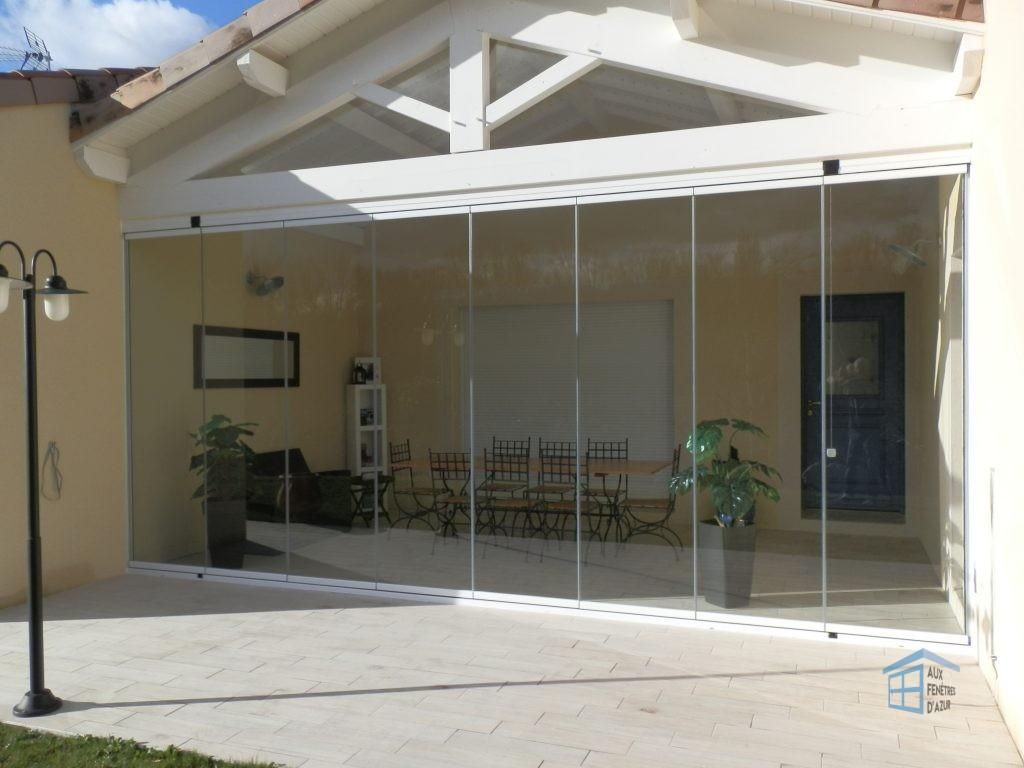 Rideau de verre fermé sur une maison