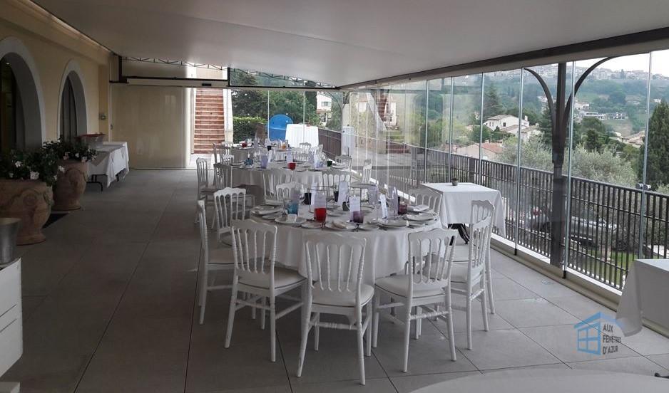 Rideau de verre sur la terrasse du restaurant LLORCA
