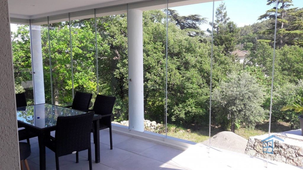 Fermer sa terrasse avec un rideau de verre