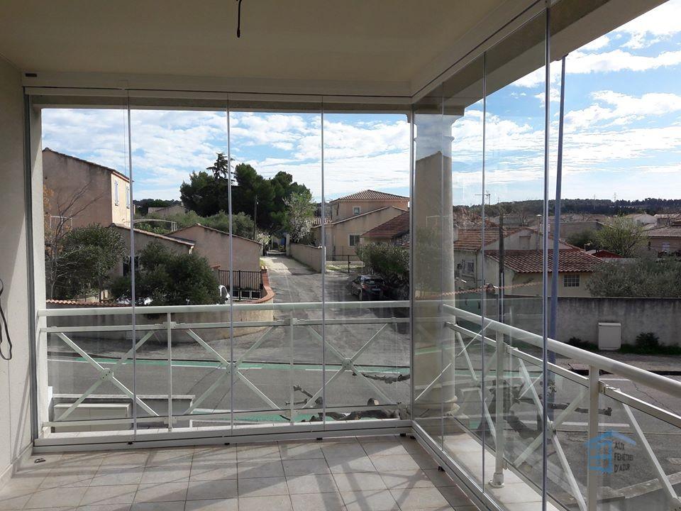 Balcon fermé avec un rideau de verre